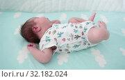 Купить «Младенец спит в кроватке на спине, ворочается в стороны», видеоролик № 32182024, снято 2 сентября 2019 г. (c) Кекяляйнен Андрей / Фотобанк Лори