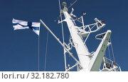 Национальный флаг Финляндии развевается на мачтах парома на фоне голубого неба. Стоковое видео, видеограф Кекяляйнен Андрей / Фотобанк Лори