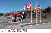 Купить «Self-service filling petrol station is on highway at summer season. Circle K is new brand of Statoil multinational chain of convenience stores and gas stations. Norway», видеоролик № 32182788, снято 7 июня 2019 г. (c) Кекяляйнен Андрей / Фотобанк Лори
