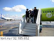 Купить «Полицейские выводят авиационного дебошира с борта самолёта», фото № 32185652, снято 26 апреля 2018 г. (c) Free Wind / Фотобанк Лори
