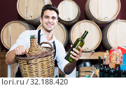 Man seller in wine shop. Стоковое фото, фотограф Яков Филимонов / Фотобанк Лори
