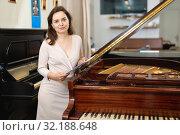 Купить «Pretty woman seller in piano music store», фото № 32188648, снято 16 апреля 2019 г. (c) Яков Филимонов / Фотобанк Лори