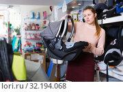 Купить «consumer with infant's car cradle», фото № 32194068, снято 19 декабря 2017 г. (c) Яков Филимонов / Фотобанк Лори