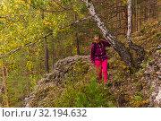 Купить «Female hiker trekking in the autumn forest», фото № 32194632, снято 15 сентября 2019 г. (c) Евгений Харитонов / Фотобанк Лори
