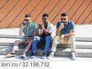 Купить «men with smartphones drinking beer on street», фото № 32198732, снято 21 июля 2019 г. (c) Syda Productions / Фотобанк Лори