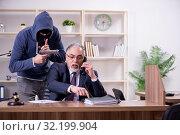 Купить «Young mobster threatening old judge», фото № 32199904, снято 23 апреля 2019 г. (c) Elnur / Фотобанк Лори