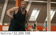 Купить «A man bodybuilder hitting something with a metal hammer», видеоролик № 32200108, снято 21 сентября 2019 г. (c) Константин Шишкин / Фотобанк Лори