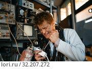 Купить «Crazy scientist works with electricity in lab», фото № 32207272, снято 17 июня 2019 г. (c) Tryapitsyn Sergiy / Фотобанк Лори