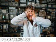Купить «Strange scientist has gone mad in his laboratory», фото № 32207308, снято 17 июня 2019 г. (c) Tryapitsyn Sergiy / Фотобанк Лори