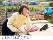 Купить «Girl in a yellow sweater in the backyard of her cottage», фото № 32210712, снято 14 ноября 2019 г. (c) Яков Филимонов / Фотобанк Лори