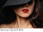 Красивые накрашенные губы красного цвета. Модель в черной шляпе крупный план. Стоковое фото, фотограф Сергей Чайко / Фотобанк Лори
