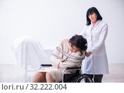 Old female psychiatrist visiting young male patient. Стоковое фото, фотограф Elnur / Фотобанк Лори