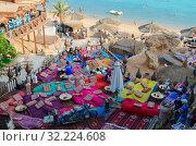 Купить «Вид сверху на популярное кафе Фарша на берегу моря в районе Хадаба, Шарм-эль-Шейх, Египет», фото № 32224608, снято 19 сентября 2019 г. (c) Ольга Коцюба / Фотобанк Лори