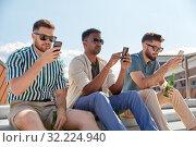 Купить «men with smartphones drinking beer on street», фото № 32224940, снято 21 июля 2019 г. (c) Syda Productions / Фотобанк Лори