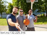 Купить «happy men taking selfie on basketball playground», фото № 32225316, снято 21 июля 2019 г. (c) Syda Productions / Фотобанк Лори