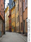 Узкая улочка в старой части Стокгольма. Швеция (2019 год). Стоковое фото, фотограф Виктор Карасев / Фотобанк Лори