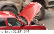 Сломанный автомобиль с поднятым капотом в  заторе на дороге. Стоковое видео, видеограф Mikhail Erguine / Фотобанк Лори