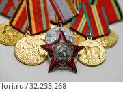 Купить «Орден Красной Звезды на фоне боевых медалей», эксклюзивное фото № 32233268, снято 15 апреля 2019 г. (c) Игорь Низов / Фотобанк Лори