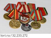 Купить «Орден Красного Знамени (орден «Красное знамя»)  на фоне боевых медалей», эксклюзивное фото № 32233272, снято 15 апреля 2019 г. (c) Игорь Низов / Фотобанк Лори