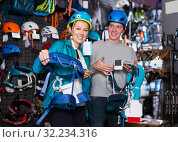 Купить «Athletes chooses climbing equipment», фото № 32234316, снято 25 октября 2017 г. (c) Яков Филимонов / Фотобанк Лори