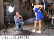 Photographer shooting female model on city street. Стоковое фото, фотограф Яков Филимонов / Фотобанк Лори
