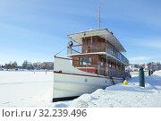 Купить «Старинный пассажирский пароход крупным планом на замерзшем Сайменском озере. Савонлинна, Финляндия», фото № 32239496, снято 3 марта 2018 г. (c) Виктор Карасев / Фотобанк Лори