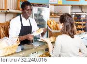Купить «Baker serving female customer», фото № 32240016, снято 12 ноября 2018 г. (c) Яков Филимонов / Фотобанк Лори