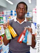 Купить «Portrait of Afro man buying carbonated beverages in store», фото № 32240040, снято 7 ноября 2018 г. (c) Яков Филимонов / Фотобанк Лори