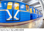 Blue subway train at the underground station (2019 год). Редакционное фото, фотограф FotograFF / Фотобанк Лори