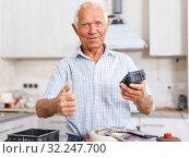 Купить «Happy man giving thumbs up», фото № 32247700, снято 19 июня 2018 г. (c) Яков Филимонов / Фотобанк Лори
