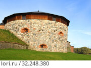 Medieval fortress on coast of picturesque lake Vanajavesi in old Hameenlinna, Finland. Round gun turret (2019 год). Стоковое фото, фотограф Валерия Попова / Фотобанк Лори