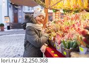 Купить «little girl choosing sweets at christmas market», фото № 32250368, снято 4 января 2019 г. (c) Syda Productions / Фотобанк Лори