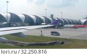 Купить «Airplane taxiing in Suvarnabhumi airport, Bangkok», видеоролик № 32250816, снято 30 ноября 2017 г. (c) Игорь Жоров / Фотобанк Лори