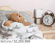 Купить «Игрушечный медвежонок спит в кровати в спальной комнате», фото № 32250968, снято 2 октября 2019 г. (c) Элина Гаревская / Фотобанк Лори