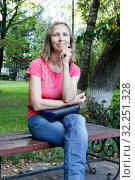 Woman sitting on a park bench. Стоковое фото, фотограф Игорь Ворожбитов / Фотобанк Лори