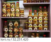 Купить «Город Сочи. Разнообразный мёд на прилавке магазина», эксклюзивное фото № 32251420, снято 1 июня 2019 г. (c) Игорь Низов / Фотобанк Лори
