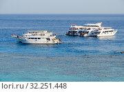 Купить «Корабли у прибрежных коралловых рифов в районе Рас Ум Сид, Хадаба, Шарм-эль-Шейх, Египет», фото № 32251448, снято 19 сентября 2019 г. (c) Ольга Коцюба / Фотобанк Лори