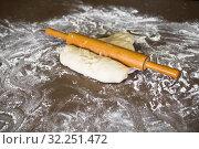 Скалка и тесто на столе. Стоковое фото, фотограф Литвяк Игорь / Фотобанк Лори