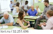 Купить «Group different ages discussion during course», видеоролик № 32251696, снято 23 июля 2018 г. (c) Яков Филимонов / Фотобанк Лори