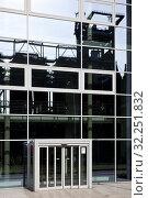 Купить «Strukturwandel, Industrieanlage Phoenix West spiegelt sich im Technologie Zentrum, Dortmund, Ruhrgebiet, Nordrhein-Westfalen, Deutschland, Europa», фото № 32251832, снято 26 февраля 2020 г. (c) age Fotostock / Фотобанк Лори