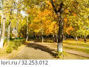 Купить «Парк в г.Орехово-Зуево», фото № 32253012, снято 3 октября 2019 г. (c) Кристина Викулова / Фотобанк Лори