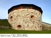 Medieval fortress on coast of famous lake Vanajavesi in old Hameenlinna, Finland. Round gun turret (2019 год). Стоковое фото, фотограф Валерия Попова / Фотобанк Лори