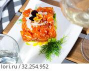 Купить «Tuna tartar in form of cube», фото № 32254952, снято 23 октября 2019 г. (c) Яков Филимонов / Фотобанк Лори