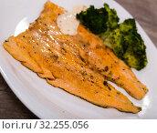 Купить «Deliciously steak of fried rainbow trout fillet with broccoli on plate», фото № 32255056, снято 4 июля 2020 г. (c) Яков Филимонов / Фотобанк Лори