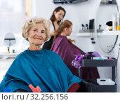 Купить «Elderly female client waiting for hair styling», фото № 32256156, снято 26 июня 2018 г. (c) Яков Филимонов / Фотобанк Лори