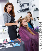 Girl getting hairstyling with hair curler. Стоковое фото, фотограф Яков Филимонов / Фотобанк Лори