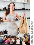 Happy brunette posing with bags in footwear shop. Стоковое фото, фотограф Яков Филимонов / Фотобанк Лори