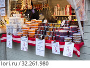 Купить «Cranberry, cowberry, cloudberry and honey are on sale on stall. Traditional Christmas market with berries and honey and other food is in center of Helsinki city, Finland», фото № 32261980, снято 29 декабря 2018 г. (c) Кекяляйнен Андрей / Фотобанк Лори