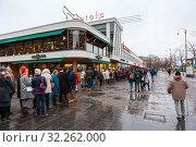 Купить «People stand in queue to Amos Rex exhibition. Helsinki, Finland», фото № 32262000, снято 29 декабря 2018 г. (c) Кекяляйнен Андрей / Фотобанк Лори