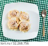 Купить «Vegan cinnabon rolls with topping», фото № 32268756, снято 15 декабря 2019 г. (c) Яков Филимонов / Фотобанк Лори